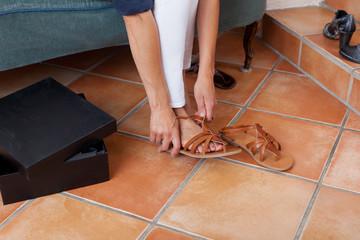 frau probiert neue sandalen an