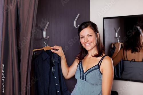 lächelnde frau in der umkleidekabine