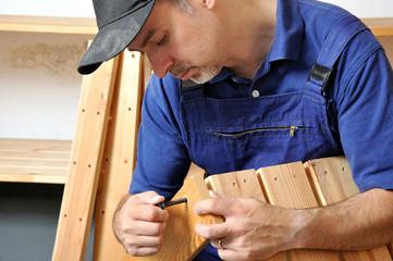 Handwerker bei Regalmontage