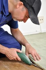 Handwerker beim Entfernen eines Teppichs