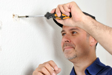 Handwerker mit Schraubenzieher