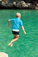 Ein Junge springt ins Meer, Südküste von Mallorca, Balearen