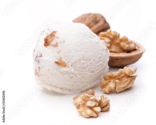 Walnuss-Eis mit Nüssen auf weißem Hintergrund - 33602048