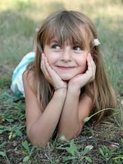 Fillette allongée dans l'herbe (été 5-6 ans)