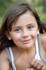 Petit sourire d'été d'une tendre espiègle (fille 5-6 ans)
