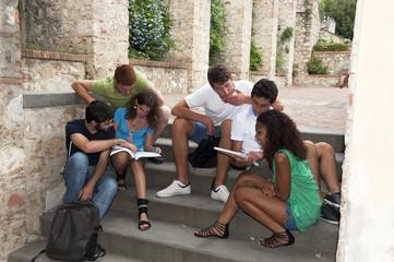 Giovani studenti al Campus studiano sulle scale