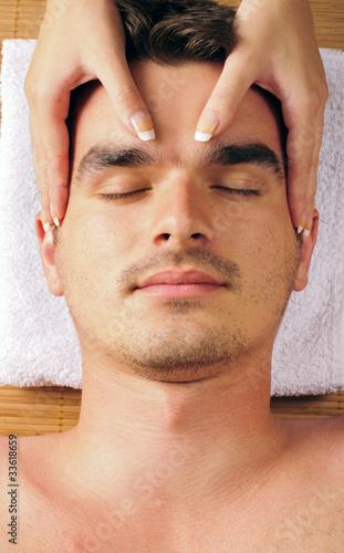 muž masáž obličeje