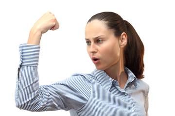 Junge starke Power Frau spannt ihre Muskel an