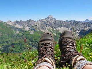Bergschuhe vor hochalpiner Kulisse