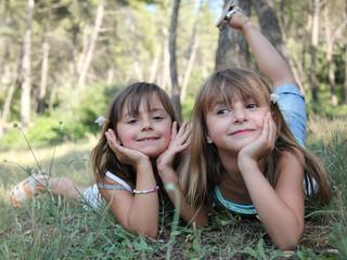 Deux starlettes jouant dans la forêt (été 6-7 ans)