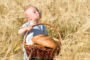 Kleiner Junge mit Picknickkorb, geizig
