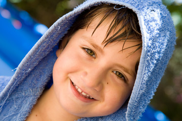 bambino sorridente al mare