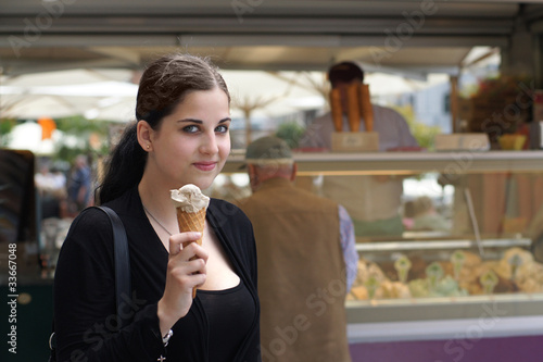 junge Frau kauft Eiscreme