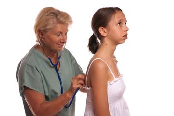 Médecin écoute la respiration de la patiente