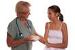 femme médecin soignant une ado brulée à la main
