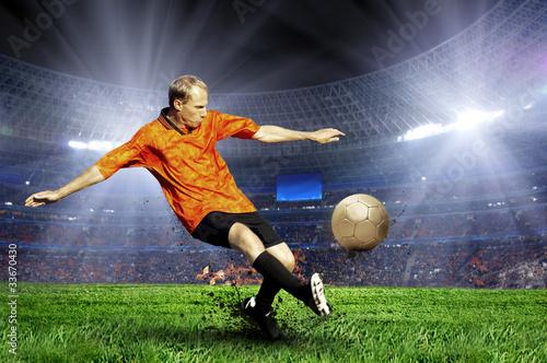 gracz-futbolu-na-polu-stadium