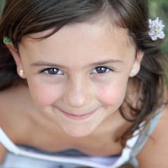 Tendre sourire d'une petite canaille (fille 5-6 ans)