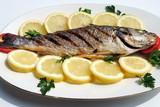 Fototapety pesce cotto alla griglia con fette di limone