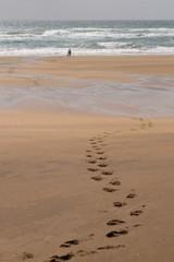 Sandstrand in Island mit Fußspuren und Person