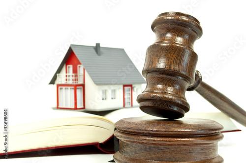 Leinwandbild Motiv Richterhammer aus Holz mit Haus und Buch