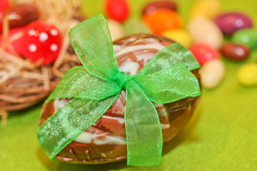 Schokoladen-Osterei mit grüner Schleife