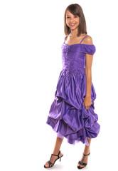 adolescente élégante en robe violette