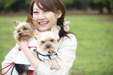 小犬と女性