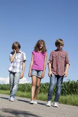 enfants marchant sur une route
