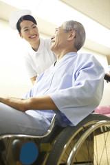 看護師と車イスの患者