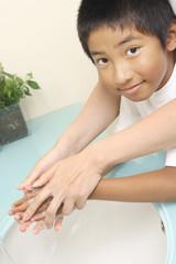 手を洗う少年