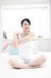 ベッドで体操をする女性