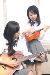 楽器を弾く女子高校生
