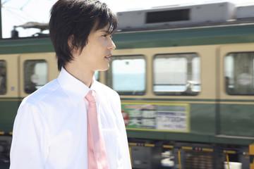電車を待つビジネスマン