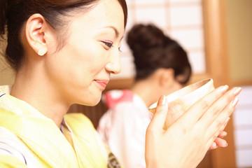 お茶を飲む浴衣女性