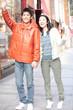 街で手を振るカップル