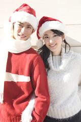 サンタ帽をかぶったカップル