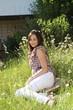 junge Frau liegt auf der Wiese im Garten und träumt