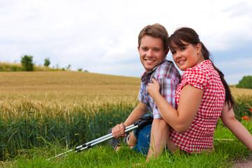 Junges sportliches Paar beim Wandern im Freien