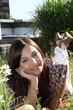 junge Frau liegt auf der Wiese zwischen Blumen