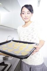 クッキーを作る女性