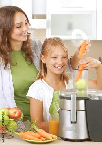 In de dag Buffet, Bar Happy Family making fresh apple and carrot juice