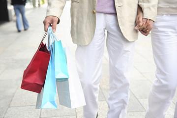 ショッピングをするカップルイメージ