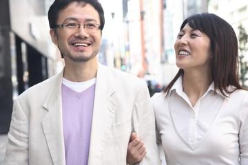 街を歩くミドルカップル