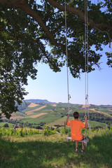 Baum-Schaukel mit Aussicht auf mediterrane Landschaft