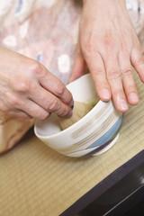 お茶を点てる和服女性の手元