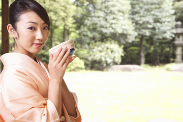 お茶を飲む和服女性