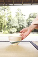 茶碗を置く和服女性の手元