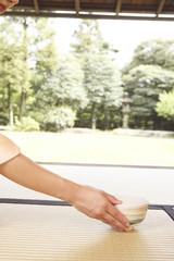 茶碗を持つ和服女性の手元