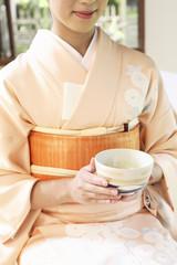 茶碗を持った和服女性