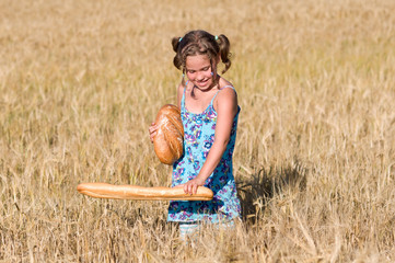Mädchen mit Brot im Kornfeldt